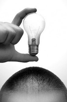 Imagem de lâmpada acima da cabeça de um homem - Gestão da Inovação