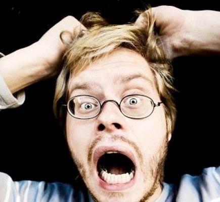 Homem puxando seu cabelos, enlouquecido!