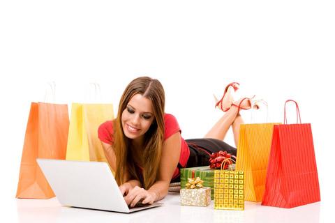 Mulher deitada em meio à sacolas de compras